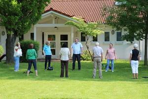 Die Tai Chi Gruppe in Aktion auf der Kirchwiese