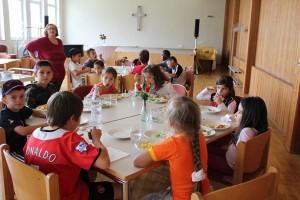 Beim Kindermittagstisch im Stephanus-Gemeindesaal (2013)
