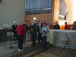 Die gemeinsame Führung ging zunächst durch die Gemeinderäume und endete im Kirchenraum am Altar bzw. im Gemeindesaal.
