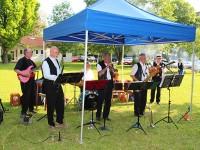 Buntes Musikprogramm bei lauen Sommertemperaturen am Samstagabend auf der Kirchwiese