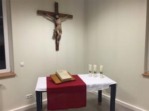 der Altar und das Kruzifix in Hausen