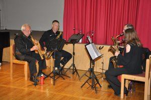 """Das Saxophonquartett """"LOOP"""" beim anschließenden Ständerling im Gemeindesaal"""