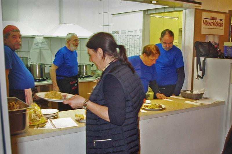 Der Männerkochclub beim Zubereiten der Speisen
