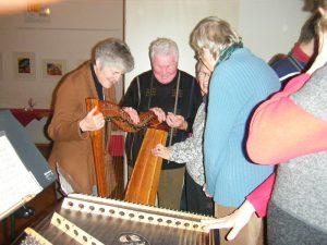 Nach dem Konzert machten die Zuhörer rege Gebrauch, die Instrumente zu erfühlen