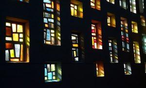 Einige der Buntglasfenster sind beschädigt - mit Kirchgeldspenden sollen diese baldmöglichst repariert werden.