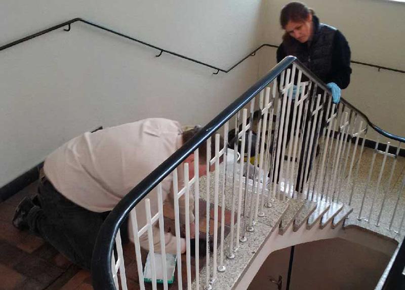 bauausschuss und konfirmandeneltern bringen frische farbe ins treppenhaus evangelische. Black Bedroom Furniture Sets. Home Design Ideas