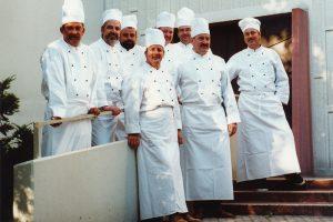 Der Männerkochclub im Juli 2000 vor der Stephanuskirche